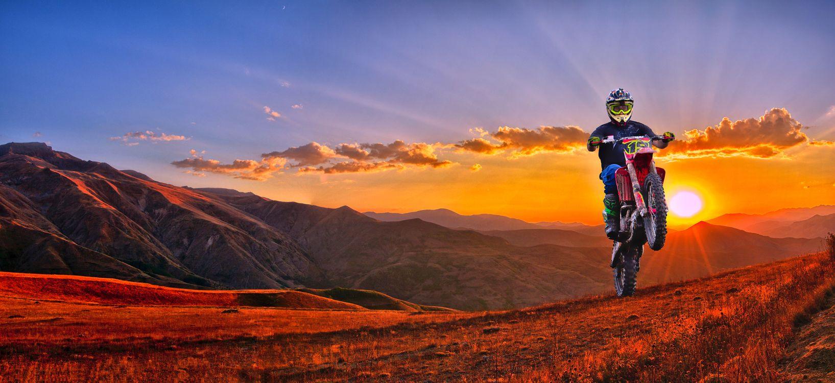 Фото бесплатно закат, горы, мотоциклист, пейзаж, панорама, пейзажи