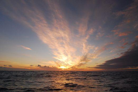 Заставки облака,рассвет,океан,море,небо,восход,закат