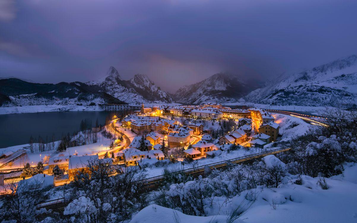 Фото бесплатно ночь, город, Риано, Рианьо, Леон, Испания, горы, озеро, дома, сумерки, пейзаж, зима, город