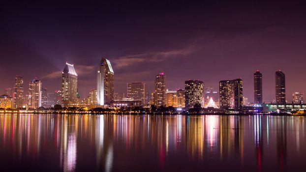 Доха столица Катара в ночное время суток · бесплатное фото