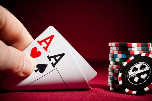 Бесплатные фото казино,два туза,покер,фишки,карты,игральные карты,красный стол