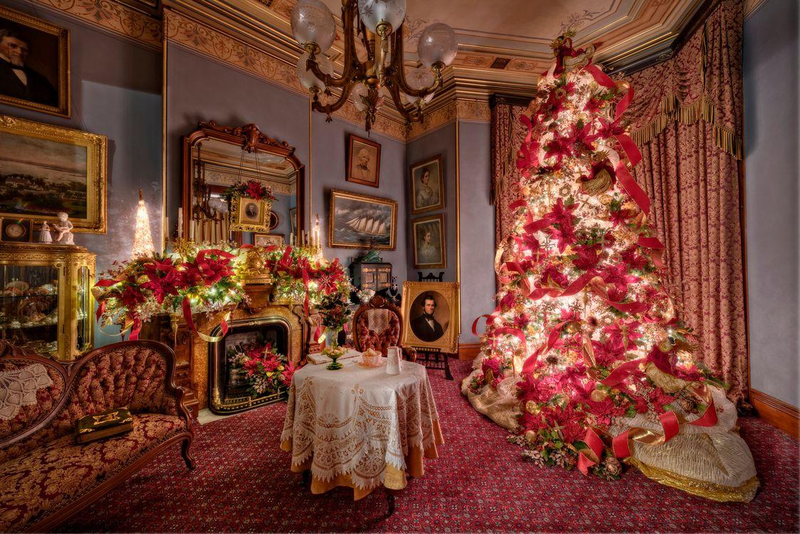 Фото бесплатно комната, новогодняя ёлка, стол, камин, картины, интерьер, Happy New Year - на рабочий стол