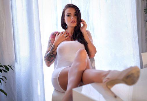 Бесплатные фото девушка,полупрозрачное платье,белое,шатенка,татуировка,окно