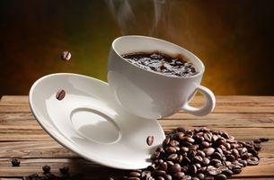 Падение кофейной чашки · бесплатное фото