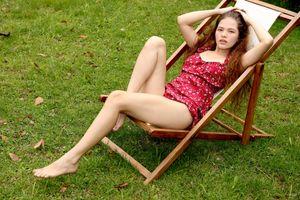 Фото бесплатно Ирина Раус, модель, красивая, брюнетка, вьющиеся, платье, трава, на открытом воздухе, ноги, изящные ступни, не ню