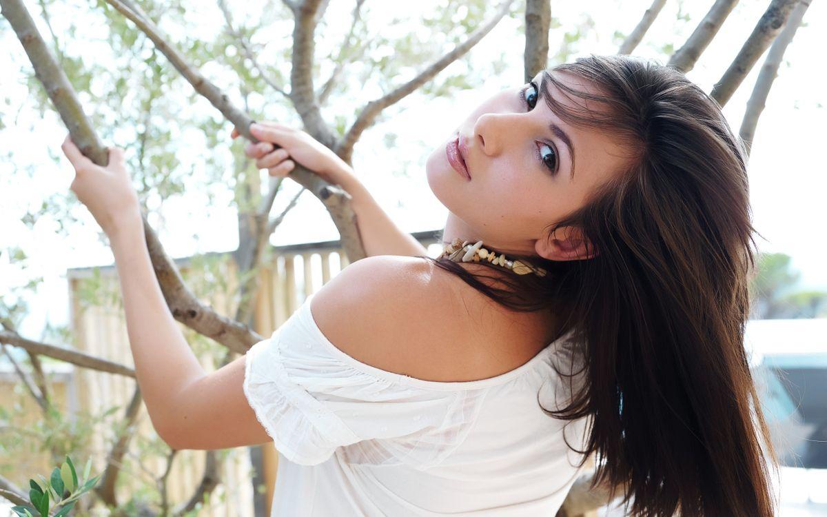 Фото бесплатно женщины, женщины на открытом воздухе глядя на зрителя, модель, деревья, длинные волосы, лицо, Конни лиор, девушки - скачать на рабочий стол