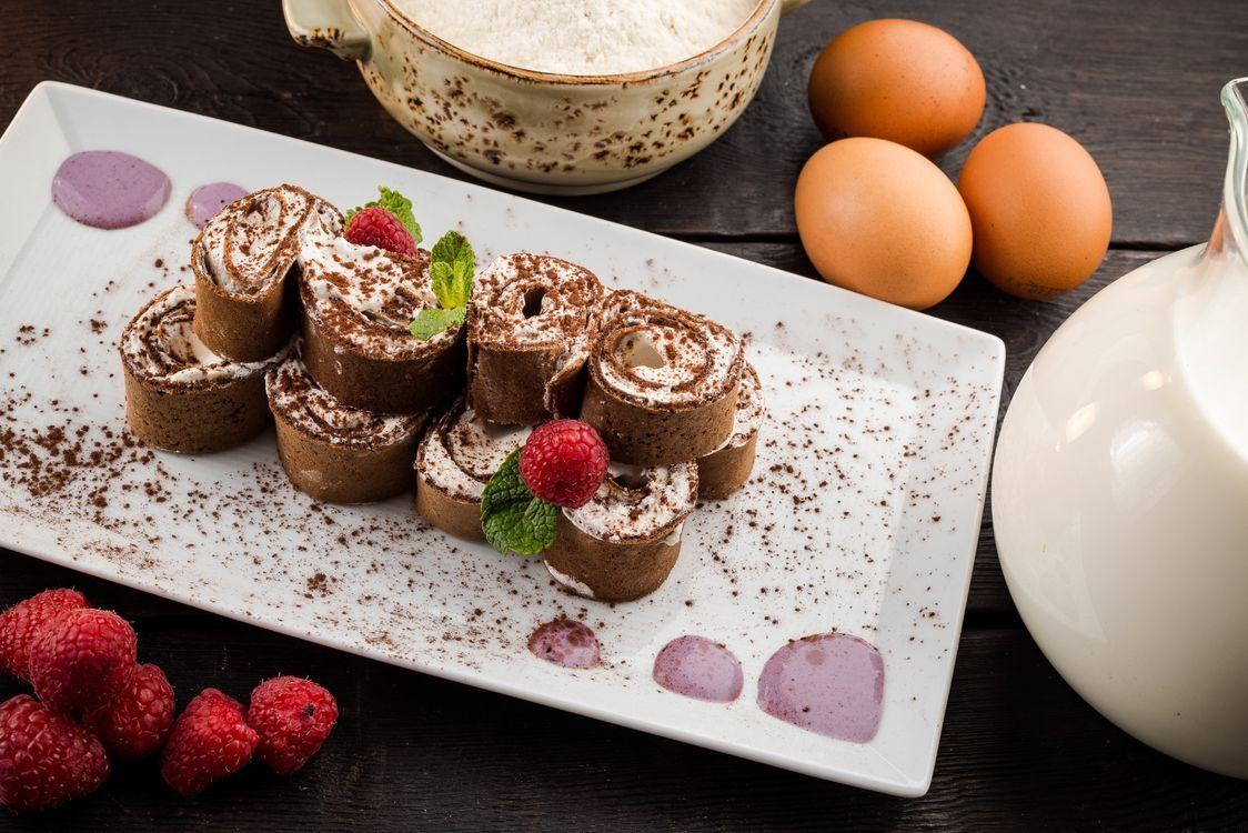 Фото бесплатно рулет, крем, малина, поднос, шоколад, молоко, еда - скачать на рабочий стол