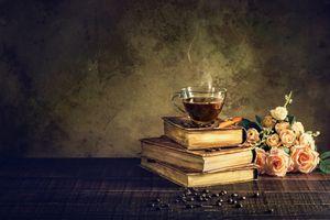 Натюрморт с кофе и розами · бесплатное фото