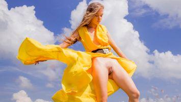 Бесплатные фото milena,киска,половые губы,желтое платье,стоя,ass,anus