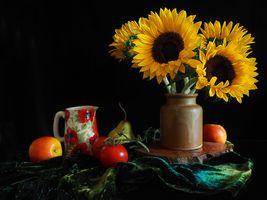 Бесплатные фото натюрморт,стол,ваза,подсолнухи,фрукты,помидор,цветы