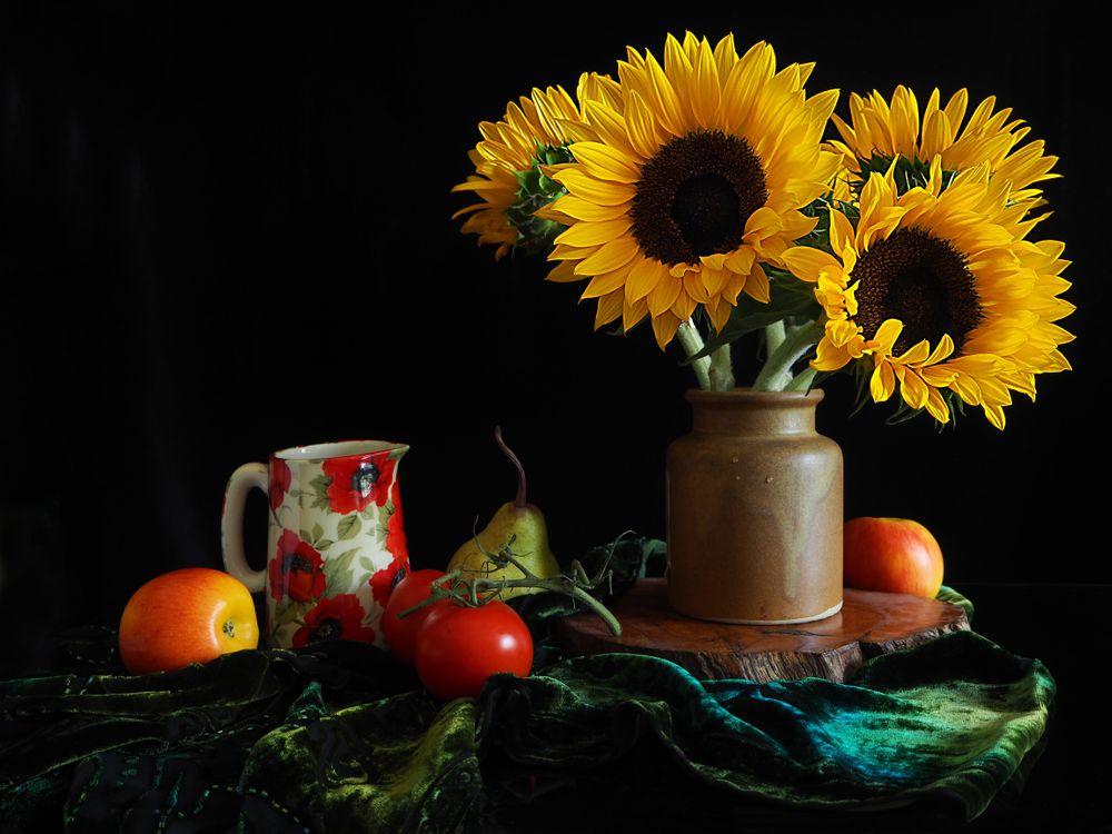 Фото бесплатно натюрморт, стол, ваза, подсолнухи, фрукты, помидор, цветы, цветы