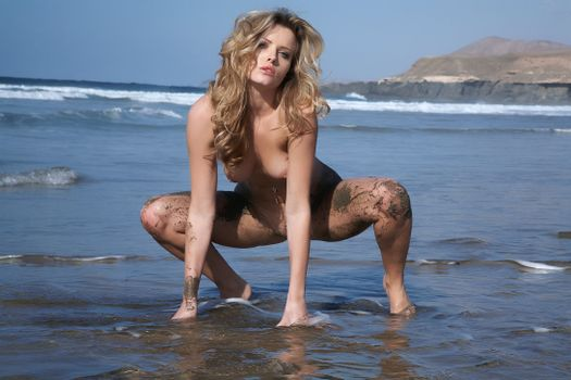 Голая девушка и мокрый песок