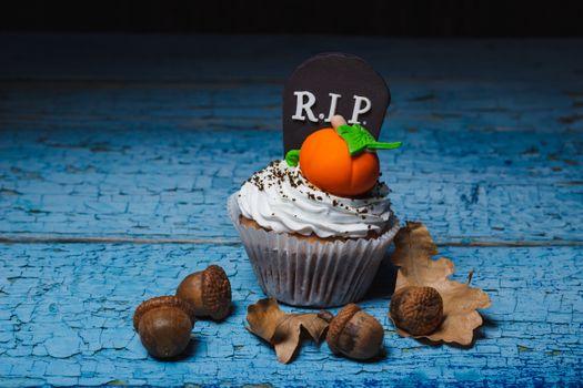 Cupcake with pumpkins and acorns · free photo