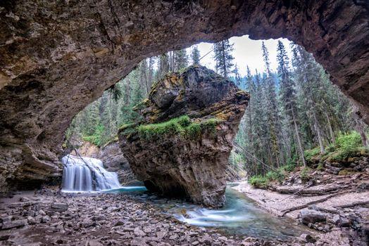 Бесплатные фото Johnston Canyon,Alberta,Canada,лес,скалы,арка,река,водопад,деревья,пейзаж