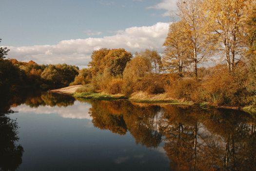 Красивые картинки река, деревья бесплатно