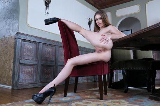 Фото бесплатно anya olsen, модель, улыбка, киска, половые губы, анус, задница, ноги, высокие каблуки платформы, стилеты, стул, обнаженная