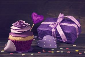 Кекс, сердца и подарок