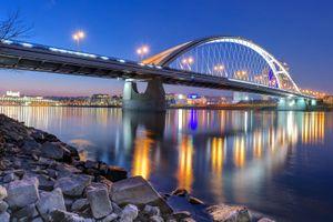 Фото бесплатно Мост Аполлон через реку Дунай в Братиславе, мост, река Дунай, Братислава, Словакия, сумерки, огни, освещение