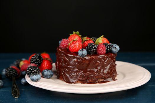 Шоколадный торт с ягодами · бесплатное фото