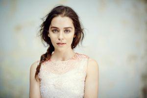 Актриса из Игры престолов Эмили Кларк · бесплатное фото