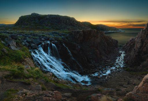 Водопад в заполярных сумерках · бесплатное фото