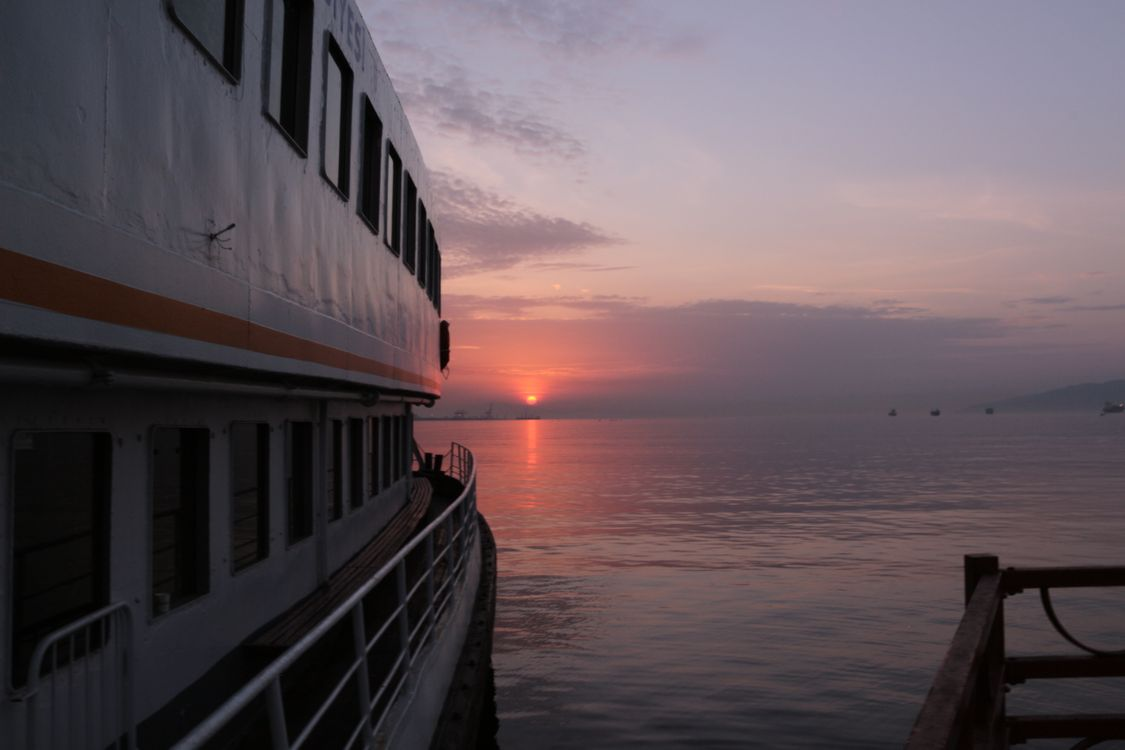 Обои закат солнца, небо, восход, море, горизонт, облако, утро, воды, рассвет, смеркаться, вечер, спокойствие, океан, пирс, солнце на телефон | картинки пейзажи