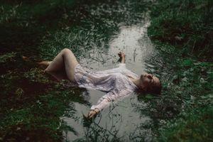 девушка в болоте
