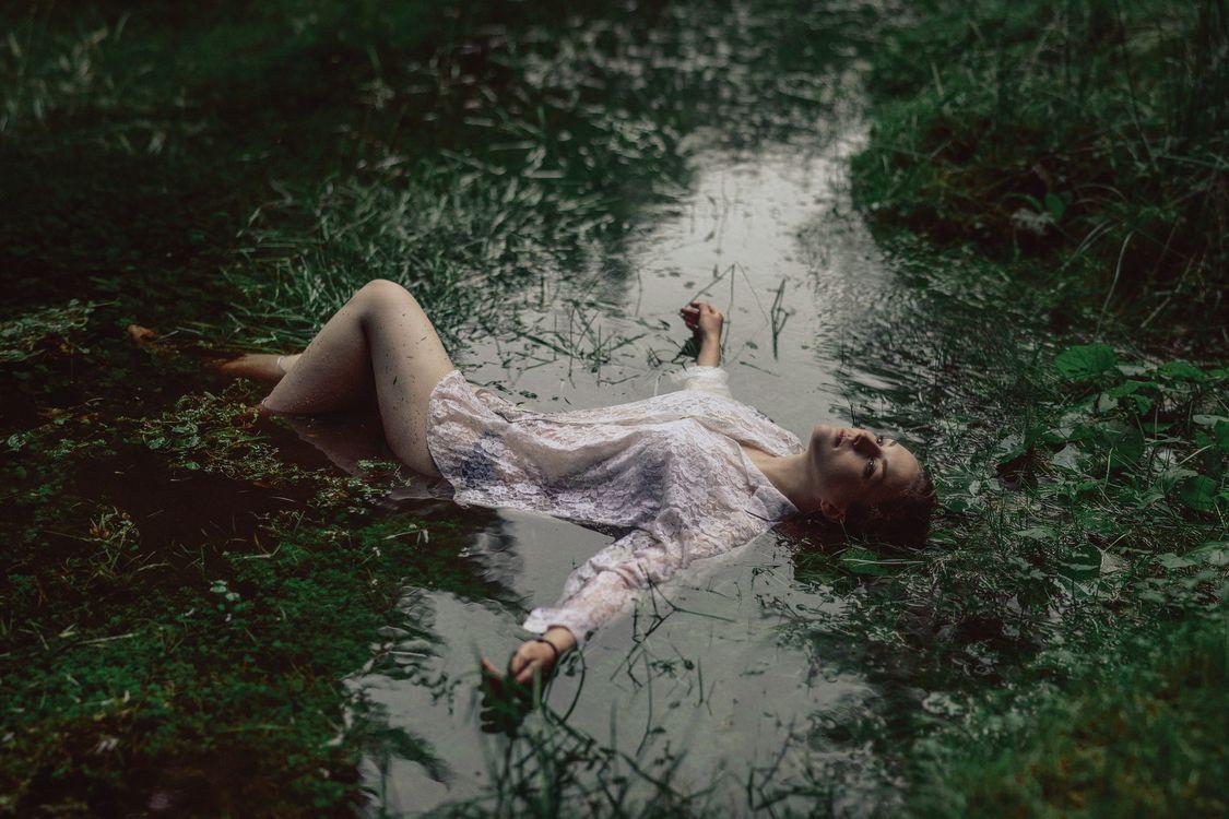 девушка в болоте · бесплатное фото