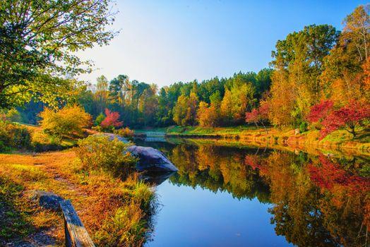 Бесплатные фото Fall at DeHart Botanical Gardens,Franklin County,NC,осень,река,мост,парк,деревья,природа,пейзаж,осенние краски