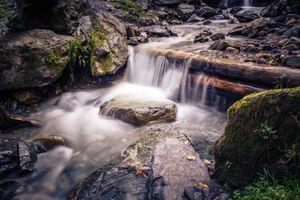 Бесплатные фото водопад,речка,ручей,камни,брёвна,течение,природа