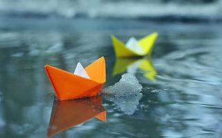 Фото бесплатно бумажный кораблик, вода, зима