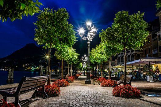 Бесплатные фото Италия,Озеро Гарда,Italy,Lago di Garda,Ночь,ночь,огни,иллюминация,деревья,лавочки,Ломбардия,Венеция