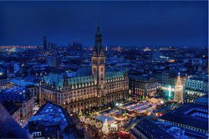 Фото бесплатно Рождественский базар с мэрией, Гамбург, Германия, город, ночь, огни, иллюминация, ночные города