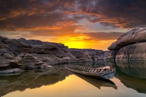 Скалы, лодка и закат · бесплатное фото