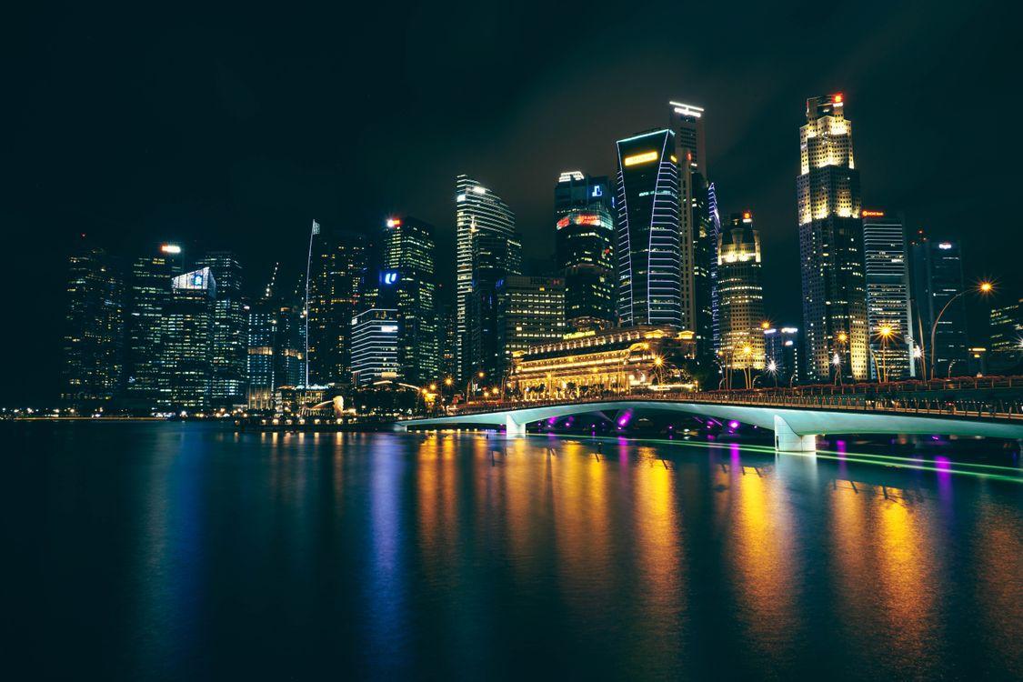 Ночная Азия и небоскребы на берегу · бесплатное фото