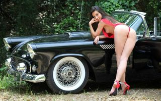 Бесплатные фото lorena garcia,lorena,lorena b,брюнетка,полуобнаженная,автомобиль,thunderbird