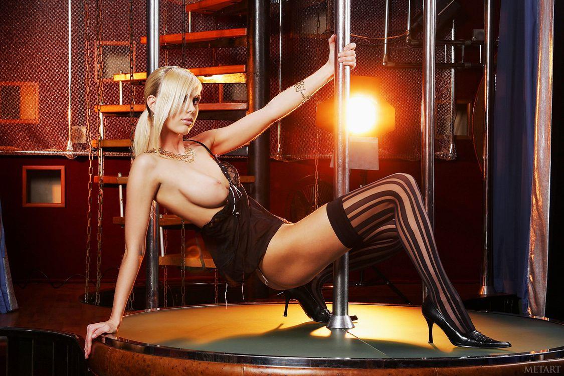Ретро писек супер блондинка в чулках танцует стриптиз полные бикини