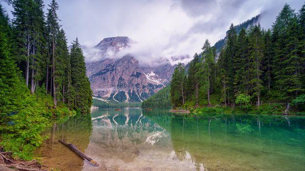 Отражения гор в бирюзовой воде