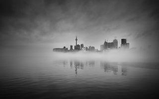 Заставки фотография,вода,монохромный,туман,город,городской пейзаж,отражение