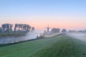 Бесплатные фото рассвет,мельница,поле,канал,туман,деревья,пейзаж