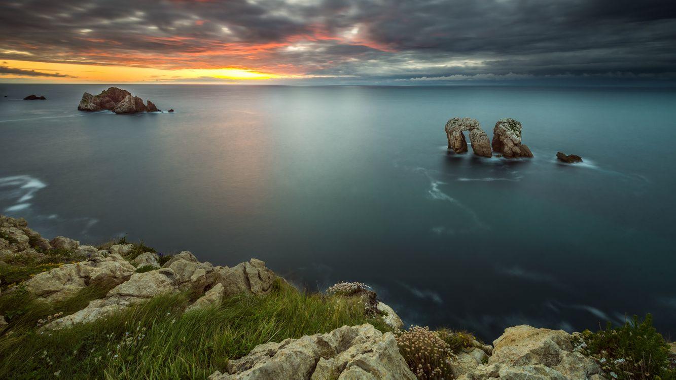 Две скалы и хмурое небо · бесплатное фото