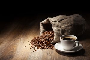 Черный кофе и мешок · бесплатное фото