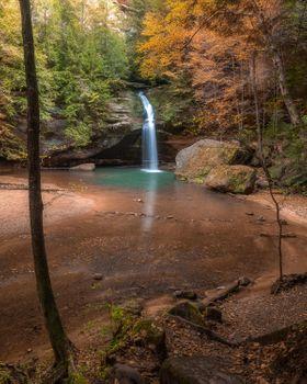 Фото бесплатно Красивый водопад на тропе пещеры старика, Огайо, Хокинг Хиллз, осень, лес, скалы, водопад, деревья, водоём, природа, пейзаж