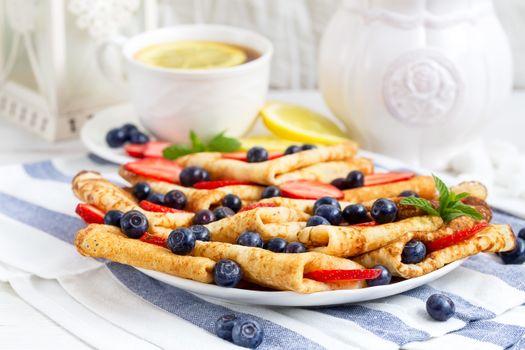 Photo free tea, pancakes, berries
