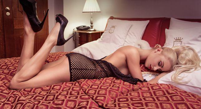 Красивая блондинка отдыхает на кровати · бесплатное фото