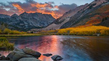 Осенний пейзаж в горах у озера · бесплатное фото