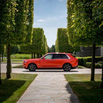 Photo free Rolls Royce Cullinan, bright, red