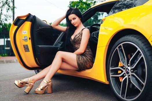 Заставки брюнетка, желтый автомобиль, высокие каблуки