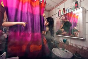 Бесплатные фото ванная комната,девушка,занавеска,рука,палец,зеркало,отражение