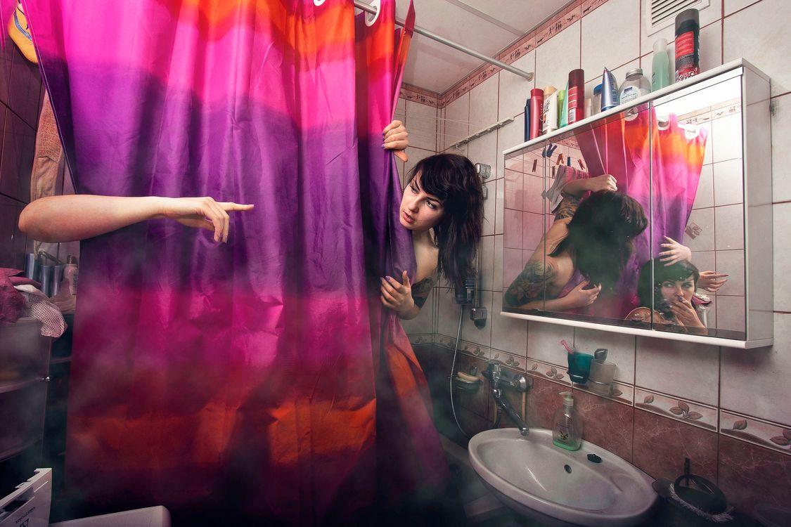 Фото бесплатно ванная комната, девушка, занавеска, рука, палец, зеркало, отражение, испуг, ситуация, ситуации